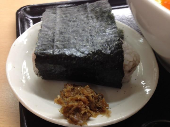 五穀米おにぎりのアップ(蕗味噌付き)
