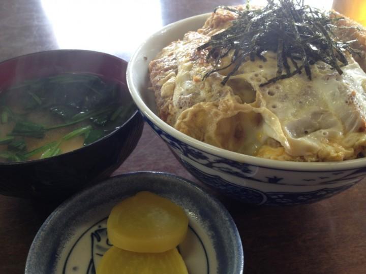 ヤマト食堂のカツ丼(卵とじタイプ、味噌汁、たくあん付き)