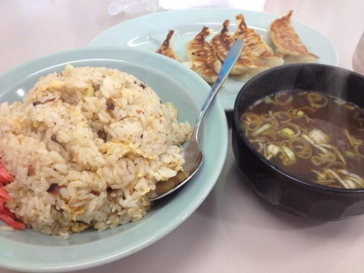 くるまやラーメンのチャーハン(スープ付き)と無料の餃子