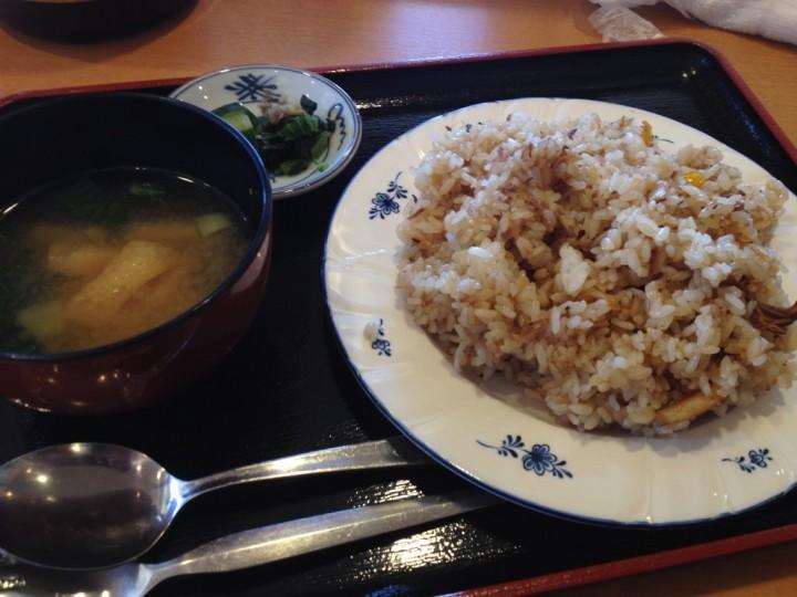 ファミリーレストランはしもとやのサービスランチチャーハン(味噌汁、漬物付き)