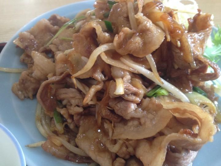 焼肉定食、肉の皿アップ(野菜添え)