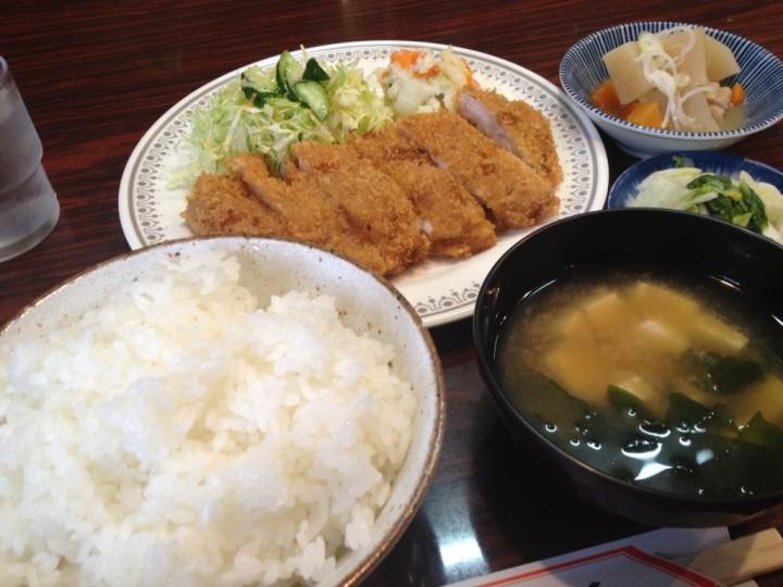 小箱のとんかつ定食(とんかつ、ご飯、味噌汁、漬物、小鉢)