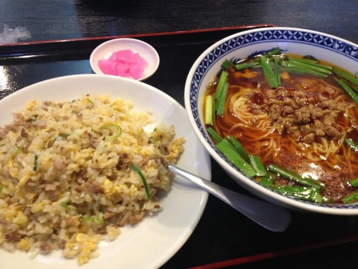 百味軒のランチセット(台湾ラーメンと炒飯)