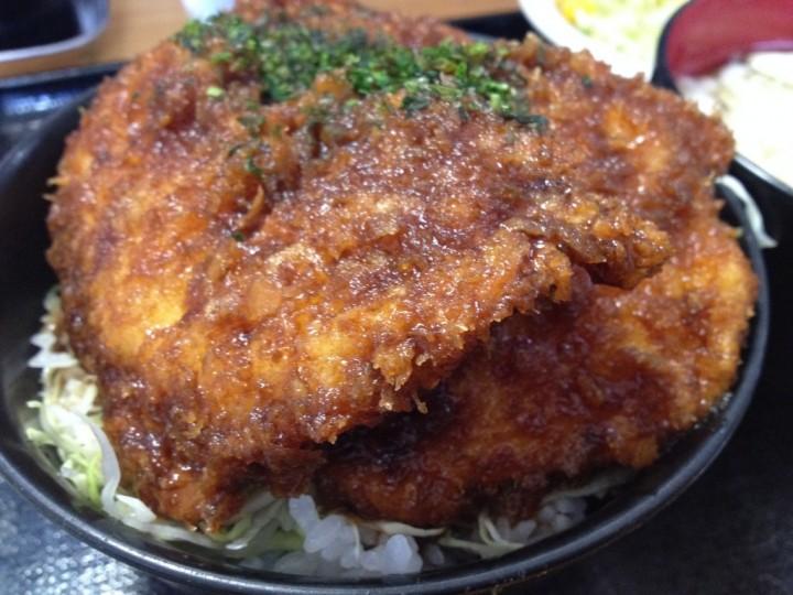 チキンカツ丼のアップ(千切りキャベツ敷き、飾りは青のり)