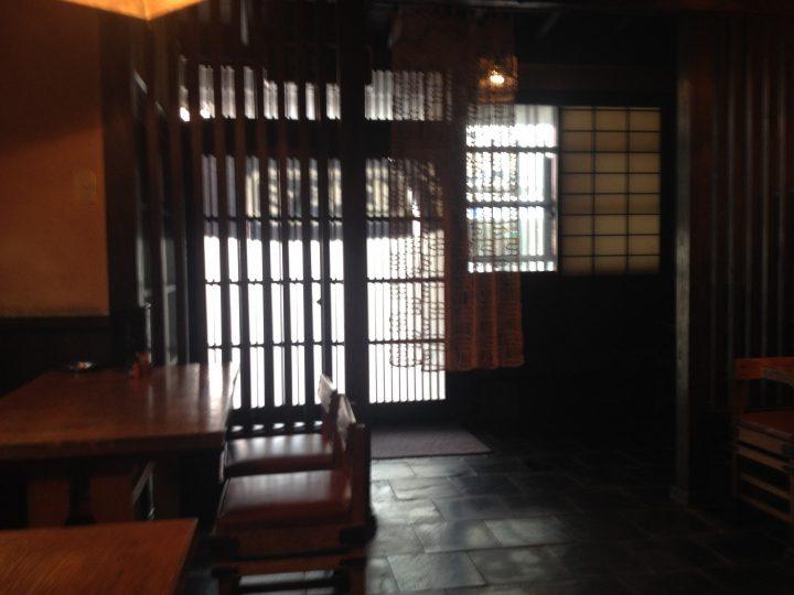 丸市屋そばやの入り口(店内テーブル席から)