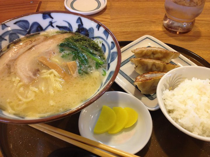 さんぽう亭の鶏白湯塩ラーメン平日セット(餃子3個、ライス、漬物)