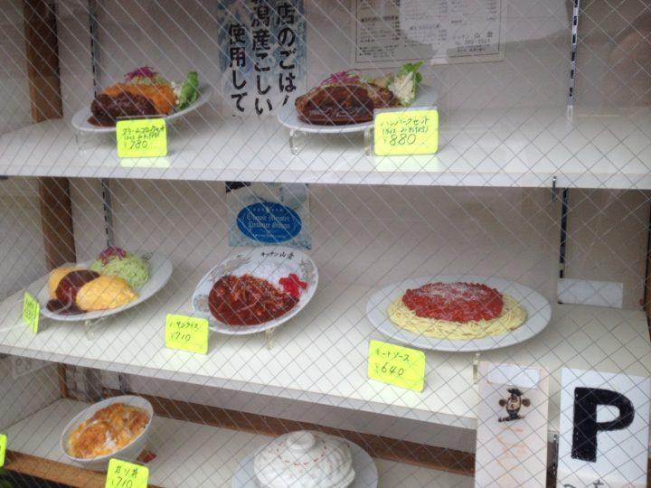 入り口向かって右にある食品サンプルのショーケース