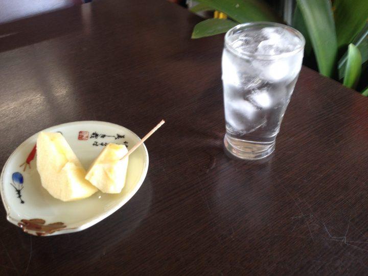 お冷とリンゴ