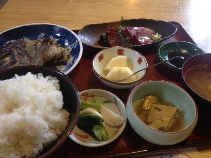 みなとやの日替り定食(鯛のかぶと煮、ぶりの刺身、ライス、味噌汁、小鉢×2)