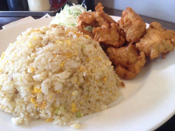 チャーハンの皿アップ(鶏唐揚げ付き、ミニサラダ添え)