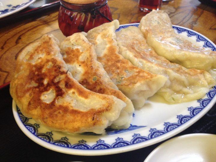 味吉ギョーザ定食・餃子の皿アップ