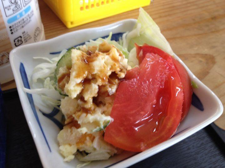 サラダの皿(ポテトサラダ、千切りキャベツ、トマト)