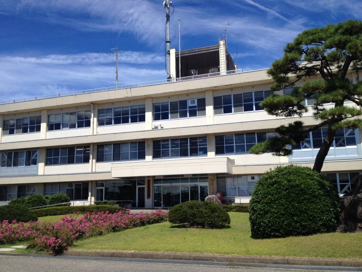 新潟地域振興局巻庁舎の外観(2016年8月)