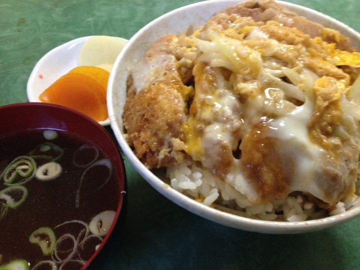 北京食堂のカツ丼(スープ、お新香付き)