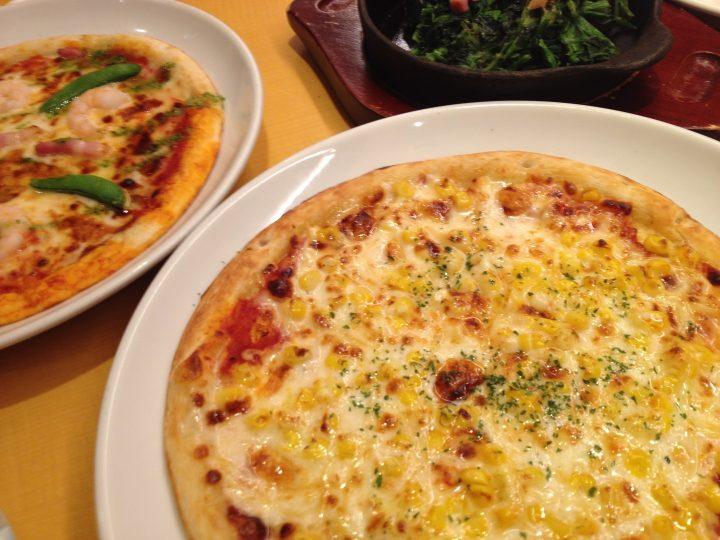 ガストのミックスピザとマヨコーンピザ