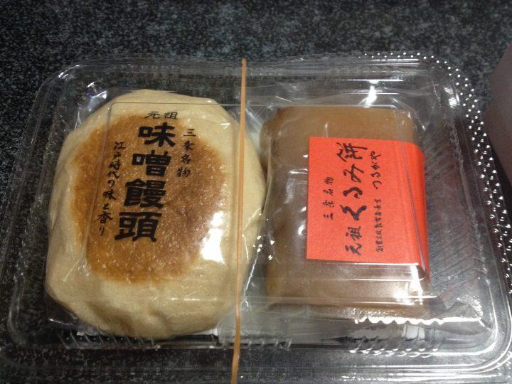 つるがやの味噌饅頭(左)と、くるみ餅(右)