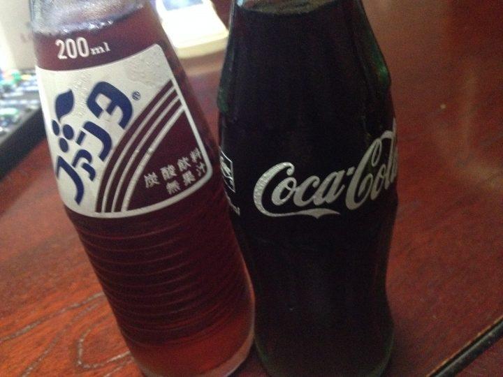 瓶のファンタグレープと瓶のコカ・コーラ