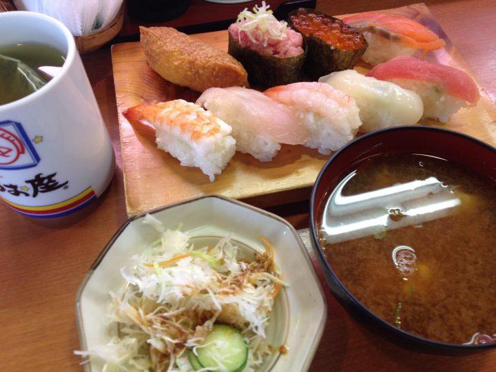 うお座巻店の平日限定ランチセット(9カン)、サラダと味噌汁付き