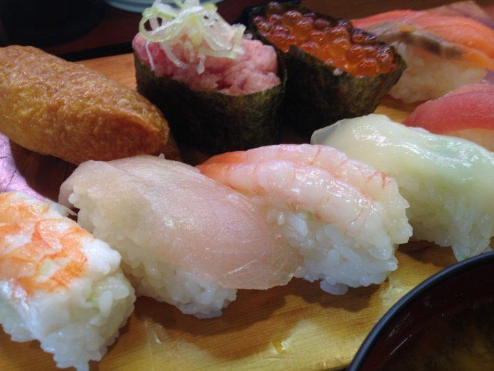うお座巻店の平日限定ランチセット・握り寿司のアップ