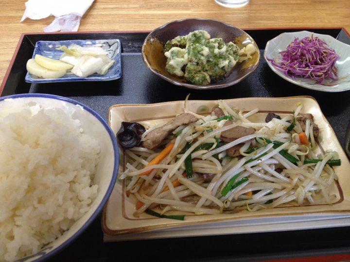 橋本屋の日替わりランチ(野菜炒め、小鉢二つ、お新香、ライス大盛り)