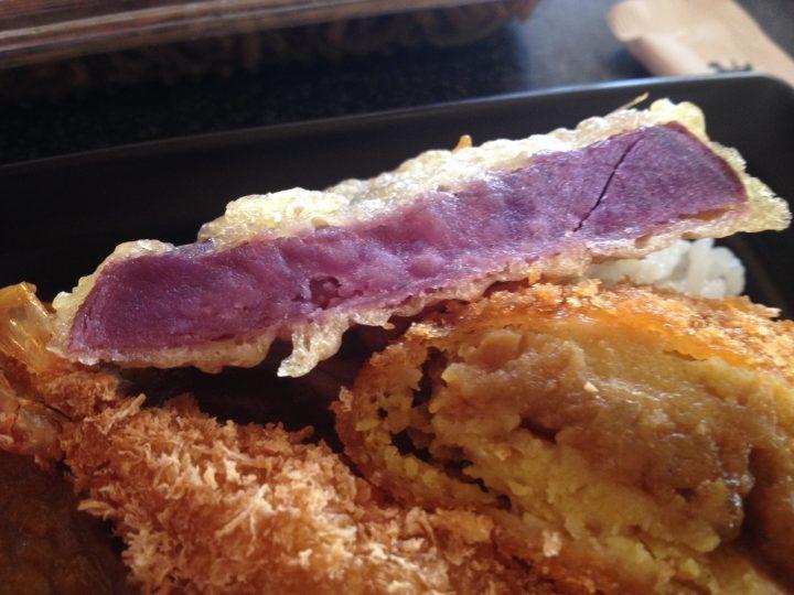 カレー弁当のトッピング・芋天(紫イモ)