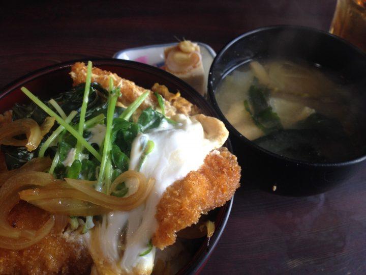 西華苑のかつ丼(大盛り、味噌汁と小鉢付き)