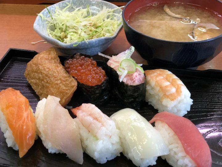 うお座巻店の平日ランチセット(握り9貫、味噌汁、サラダ)