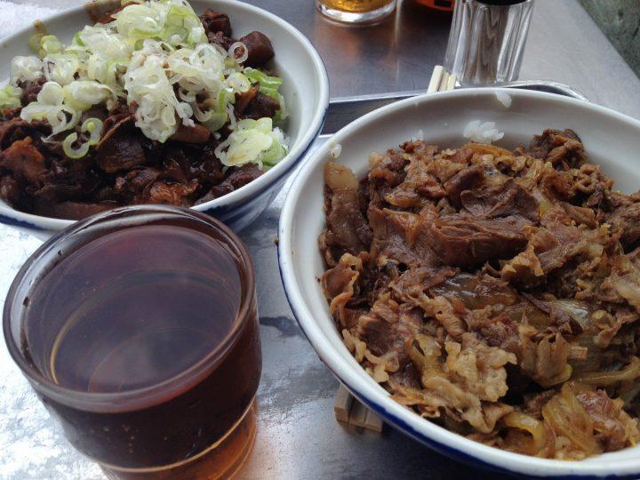 築地場外・きつねやのホルモン丼(左)と牛丼(右)