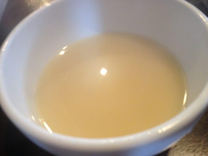 日の出製麺・興野工場の濃厚煮干しつけめん(割りスープ)