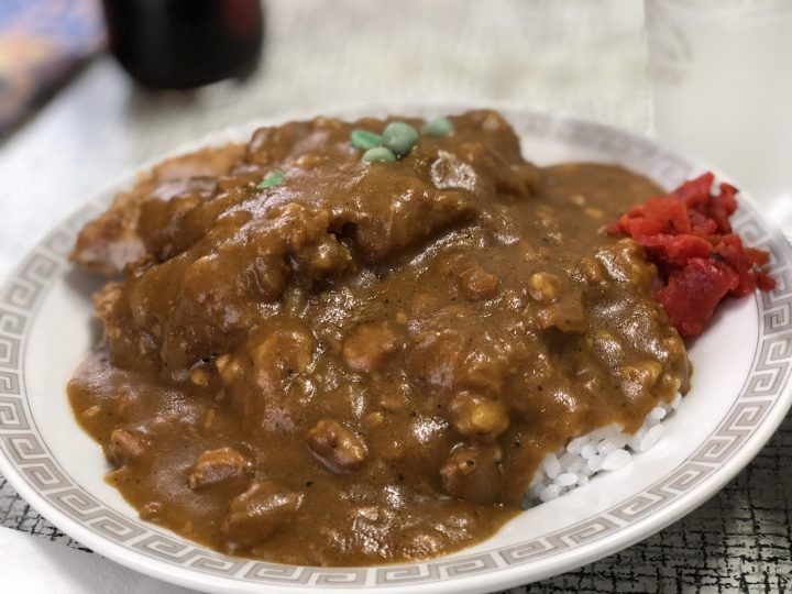 三金食堂のカツカレーライス・カレーの皿アップ