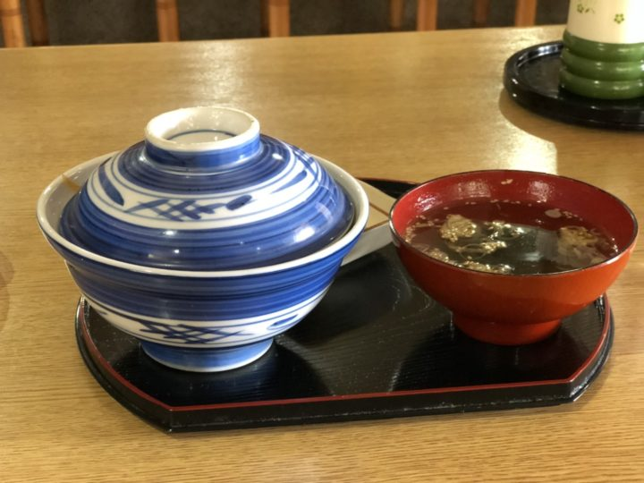 福千のかつ丼(蓋を取る前、スープ・おしんこ付き)