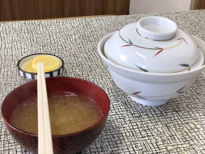 三金食堂のかつ丼(味噌汁とたくあん付き)