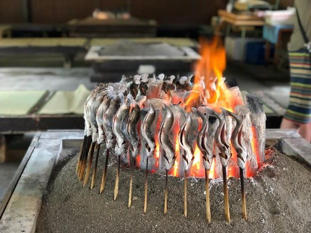 奥日光ファミリーランド白根魚苑・囲炉裏でニジマスを塩焼きに