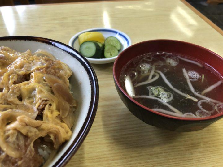 菊水食堂のカツ丼・スープとお新香のアップ