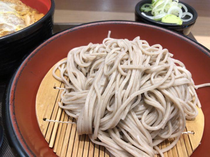 富士そば上野店のかつ丼セット・もりそばのアップ