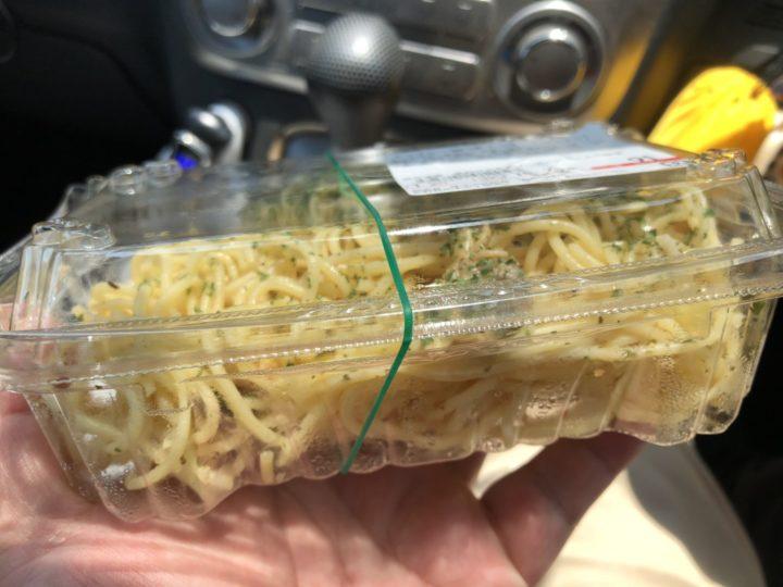 ラ・ムー燕吉田店のボンゴレ旨味スパゲティ(バジル)・横から見たところ