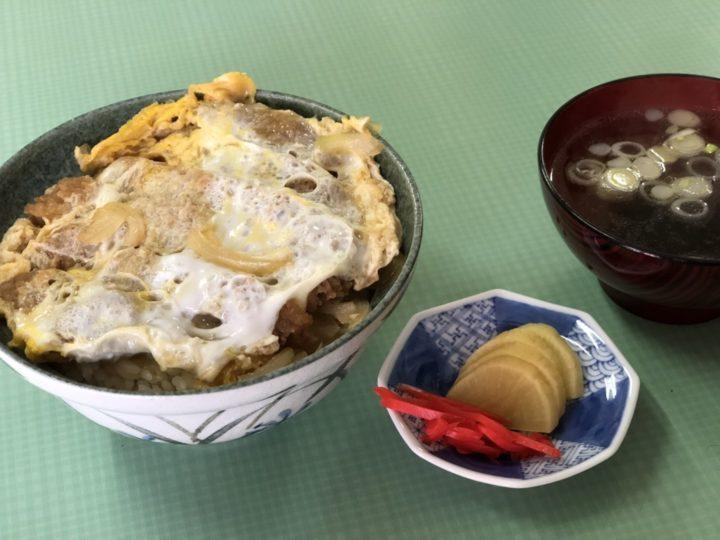 グリン食堂のカツ丼(スープ、たくあん、紅生姜付き)