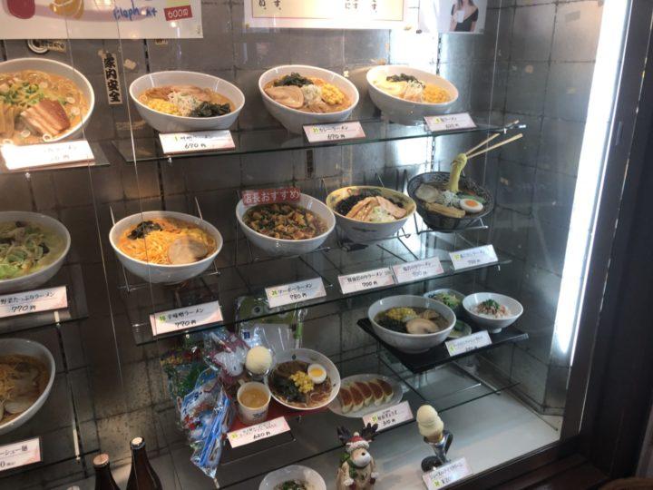 ラーメンハウス原宿の食品サンプルショーケース・右側