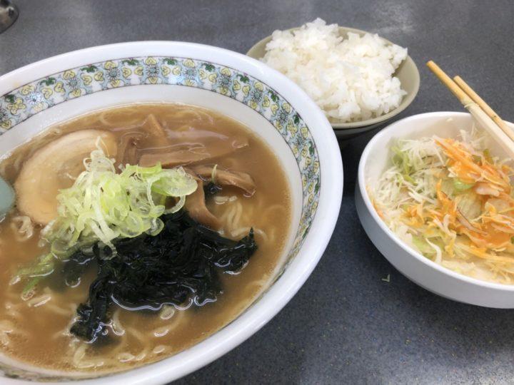 くるまやラーメン新潟巻店のとんこつラーメン、無料ライス、無料サラダ